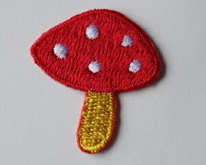 【メール便・ポスト投函便OK】 アイロンワッペン&シールワッペン(両方兼ねてます)布生地やノートや手帳に貼れる可愛い刺繍のワッペン(パッケージの台紙サイズ85×53mm)赤のキノコ