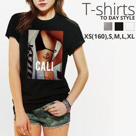 Tシャツ レディース メンズ クルーネック 丸首 綿 半袖 カットソー おもしろ 大人かわいい オシャレ かっこいい おとなかわいい セクシー 水着 海 日焼け タトゥ tattoo CALI sexy bikini girl 大人可愛い