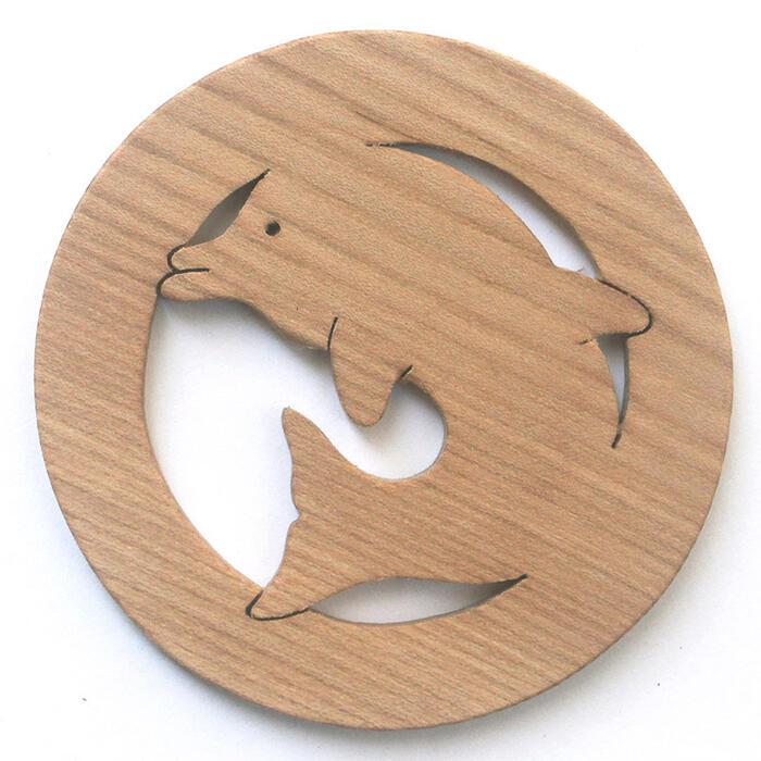 【名入れ可】●まあるいイルカ 遊び心いっぱいの木のコースター 木のおもちゃ 実用的 おもしろ積み木 国産材 バリアフリー 木工職人手作り お使いもの 木育 家庭 おしゃれなカフェ ショップ 赤ちゃん おもちゃ 木育 安全 安心 日本製 coaster