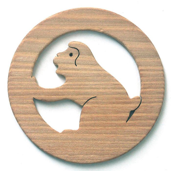 【名入れ可】風呂上がりの猿 遊び心いっぱいの木のコースター 木のおもちゃ 実用的 おもしろ積み木 国産材 バリアフリー 木工職人手作り お使いもの 木育 家庭 おしゃれなカフェ ショップ 赤ちゃん おもちゃ 木育 安全 安心 日本製 coaster