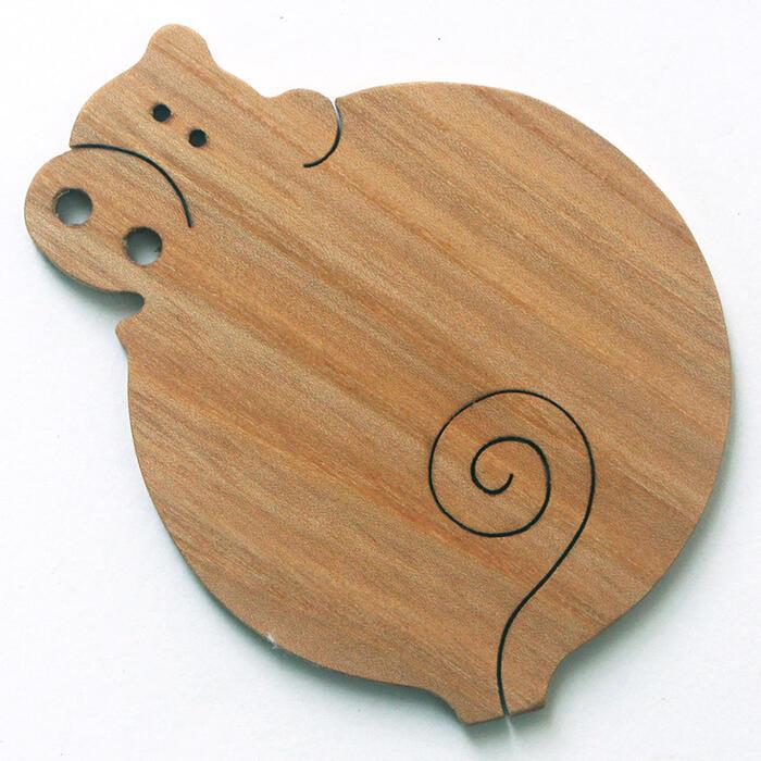 【名入れ可】ゆる〜い豚 遊び心いっぱいの木のコースター 木のおもちゃ 実用的 おもしろ積み木 国産材 バリアフリー 木工職人手作り お使いもの 木育 家庭 おしゃれなカフェ ショップ 赤ちゃん おもちゃ 木育 安全 安心 日本製 coaster