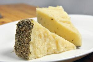 羊乳チーズ ローズマリー風味7ヶ月熟成(約220g) クセになる風味【冷凍 不定貫7680円/kg(税別)で再計算】