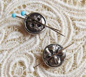 ピンクッション マグネットタイプ 2個セット ボタン&花 ピューターで飾られたイギリスのお裁縫道具 磁石の針山ニードルマインダー Needle Minder