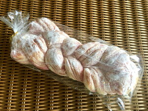 【あまおういちごのツイスト】あまおういちごのペーストを何層にも折り込み編んで焼き上げドーナツシュガーで仕上げた菓子パン