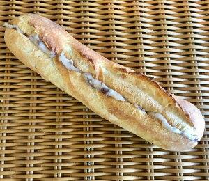 【十勝あずきミルクフランス】あずきクリームをたっぷり塗ったミニサイズのフランスパン