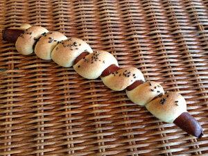 【くるくる棒】1本の長いソーセージにフランス生地をくるくる巻き付けたフランス系惣菜パン