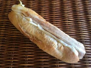 【クワトロチーズのベーコンサンド】たっぷりな濃厚4種のチーズクリームとベーコンのフランス系パンのサンド