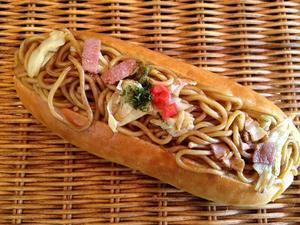 【焼きそばパン】昔ながらのコッペパンに焼きそばをたっぷり挟んだ懐かしい惣菜パン
