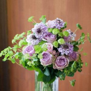 花束 フラワー 花 かわいい 誕生日 お祝 開店祝い プレゼント バラ スカビオサ スプレーマム ブプレウルム 紫がメインのかわいらしい ブーケ 送料無料 早割 母の日