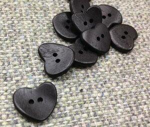 ウッドボタン ハート 15mm Col.09 黒 No.10059714 2つ穴ボタン 1個単位