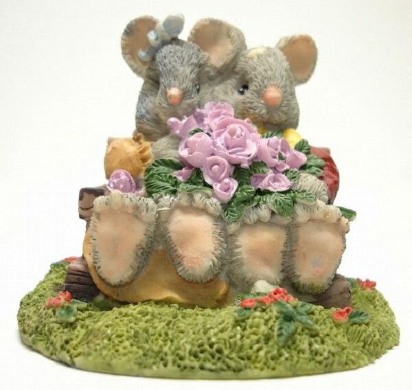 ベンチに座るネズミカップル<ねずみ ネズミ 鼠>