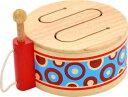【知育玩具 木のおもちゃ I'mTOY クラシックドラム】付属のスティックの収納場所もあり、本体のヒモを壁にかけて収納することができる!
