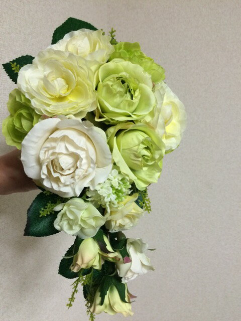 送料無料セミオーダーブートニアプレゼントアーティフィシャルフラワーグリーン系花は変更になることもありますキャスケードブーケ上質フラワー