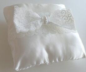 幅広レースリボンのスクエア型リングピローホワイト完成品(直径約15cm)【ウェディング 結婚式 結婚祝い サテン生地】