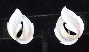 【送料無料】ジュエリー・アクセサリー ヴィンテージトリファリクラウンシルバーリーフシェイプクリップオンイヤリングvintage firmato trifari crown color argento foglia forma clipon orecchini