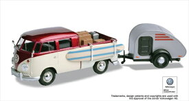 ミニカー 1/24 MOTORMAX 1960 VW フォルクスワーゲンバス ティアドロップキャンピングカー付 サーフボード付 キャンディレッド/白  【予約商品】