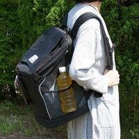 サイドのメッシュポケットにペットボトルなどを入れられます