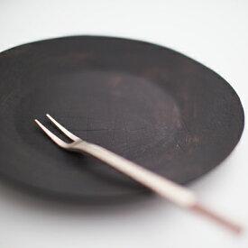 鳶色型打ち5寸和皿 瀬兵窯 伊万里焼 和皿 取皿 型打ち タタラ成形 14.5cm モノトーン 黒い器 シンプル 結婚祝い 引き出物 内祝 ギフト 菖蒲の隠者 和食器
