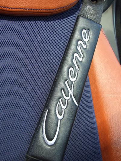 ポルシェPORSCHE Cayenneのシートベルトカバーパッド(2枚セット)のエンブレム