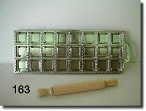 プロ用のラビオリメーカーで業務用の生パスタ製麺補助器具
