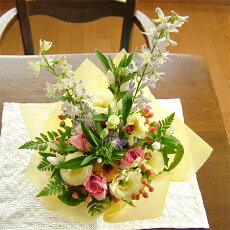 バラとリンドウの秋色アレンジメント(花かご)(バラ:ピンク系)