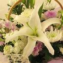 白いユリのお供えアレンジメント(花かご)