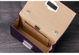 内側にはカードサイズのポケット付。本体は携帯、リップ、カードケースが収納できるサイズ