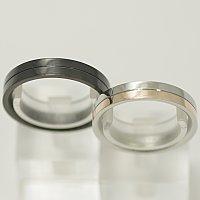 vie ステンレス ペアリング 【ペア販売】 結婚指輪 マリッジリング サージカルステン製 レディースはピンク メンズはオールブラック リングの表に好きな言葉が刻印 結婚記念日 ホワイトデー ★送料無料