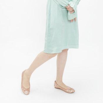 爽やかなミントグリーンのワンピースの足元にバレエ(大粒グリッター)ピンクを合わせて甘すぎないコーディネート