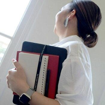 箱を止めている太目のゴムはPC周辺機器や書類をまとめたり使い方は自由自在