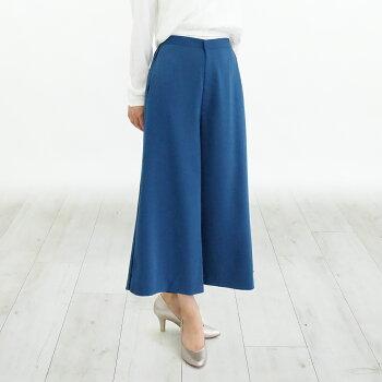 青のフレアスカートと白いブラウスの足元にシルバーの7cmヒールパンプスを合わせたさわやかなコーディネート
