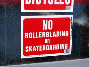 サインプレート(案内表示板)ローラーブレード、スケートボード禁止サイズSの使用例