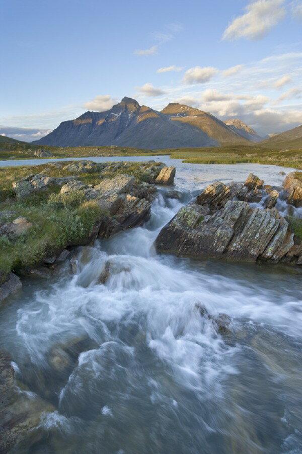 風景 景色 自然の壁紙輸入 カスタム壁紙 PHOTOWALL / Stream in Sarek National Park, Sweden (e40430)貼ってはがせるフリース壁紙(不織布)【海外取り寄せのため1カ月程度でお届け】【代引き不可】