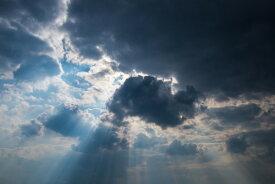 空 雲 光の壁紙 輸入 カスタム壁紙 PHOTOWALL / Cloudy Sky with Sunbeams (e310530) 貼ってはがせるフリース壁紙(不織布) 【海外取り寄せのため1カ月程度でお届け】 【代引き不可】
