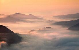 山 雲海 空 ピンク オレンジの壁紙 輸入 カスタム壁紙 PHOTOWALL / Foggy Morning in the Mountains (e317608) 貼ってはがせるフリース壁紙(不織布) 【海外取り寄せのため1カ月程度でお届け】 【代引き不可】