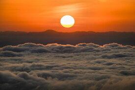 雲海 空 太陽 オレンジの壁紙 輸入 カスタム壁紙 PHOTOWALL / Above the Clouds (e321688) 貼ってはがせるフリース壁紙(不織布) 【海外取り寄せのため1カ月程度でお届け】 【代引き不可】