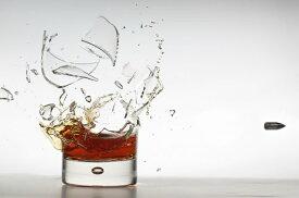 グラス ウイスキー 弾丸の壁紙 輸入 カスタム壁紙 PHOTOWALL / Shot of Whisky (e324086) 貼ってはがせるフリース壁紙(不織布) 【海外取り寄せのため1カ月程度でお届け】 【代引き・後払い不可】