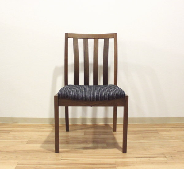 天然木ウォールナット無垢材ファブリック布張り木製椅子素材・ファブリックがオーダーメイド・カスタムオーダー・国産・日本製・シンプル北欧モダン・ダイニングチェアーブラックチェリー・ハードメープル・レッドオーク材も有ります