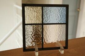 ステンドグラス パネル 住宅用 4つのガラス 淡い色の組み合わせ 18cm×18cm 【ステンド 室内窓 壁埋め込み 小窓 スクエア パステルカラー 明かり採り】