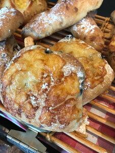 焼立て無添加パン 2種のオリーブとチーズのパン 焼きたて天然酵母パン 。チーズと2種のオリーブを練りこみました ハード系