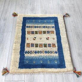 ラグ・ギャッベ(ギャベ)カシュカイ族の手織りラグ・玄関マットサイズ87x62cm アイボリー・ブルー カラフルなタイル