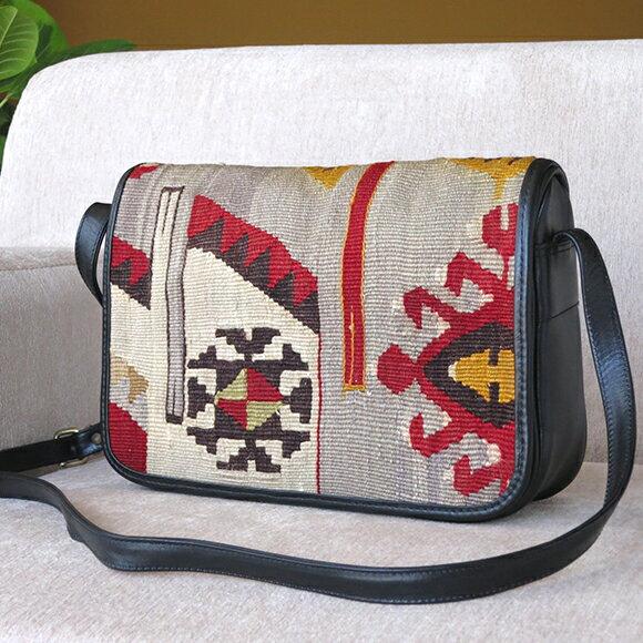 オールドキリムと革のバッグ・フタのある横型ショルダーレッド&グレイ/オオカミのモチーフ