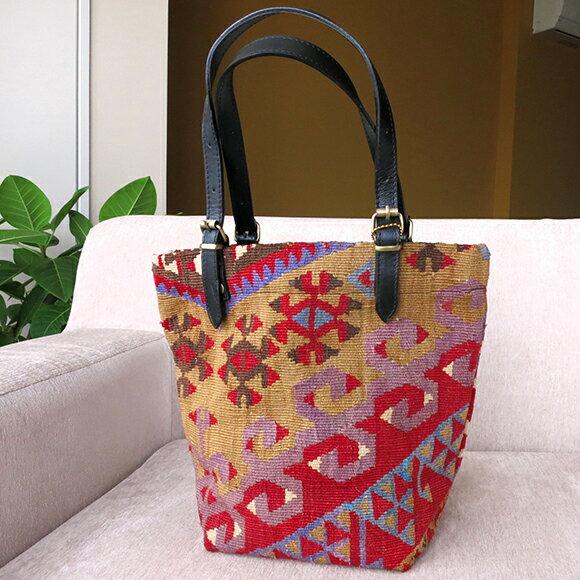 オールドキリムと革のバッグ・マーケットトート鮮やかな赤とピンク/オオカミのモチーフ