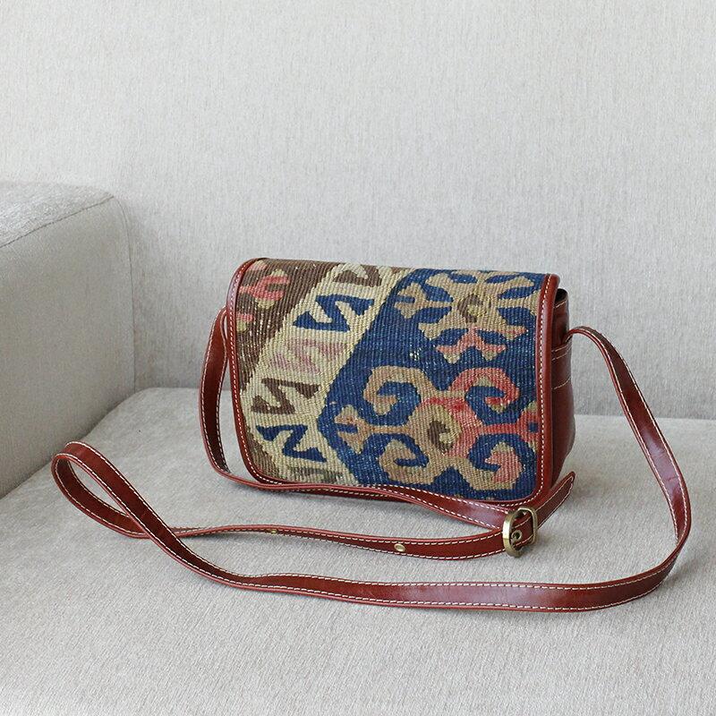 キリムと革のバッグ・フタのある横型ショルダーブルー/オオカミのモチーフ