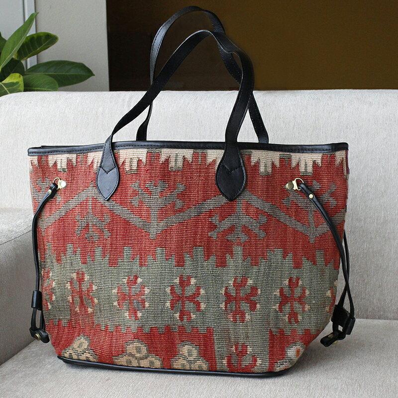 オールドキリムと革のバッグ・ネバーフルカイセリチフカナット