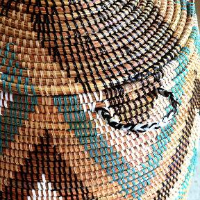 アフリカランドリーバスケット/セネガル産/高さ59cm直径32cm/収納かご/ランドリーバスケット/手編み/天然素材/蓋・取っ手付きギザギザ模様ブラック&ベージュ&グリーン&ホワイト