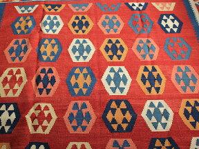 シラーズ・カシュカイ族の手織りキリムリビングサイズ・カリヨラ明るいレッド