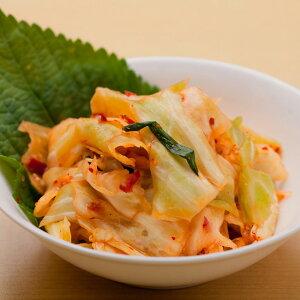 キャベツキムチ【200g】韓国語で「洋白菜(ヤンペチュ)」と呼ばれ、白菜同様にキムチにすると美味しい野菜です。 キャベツの葉のシャキッとした食感と、野菜の甘みが、薬念(ヤンニョ