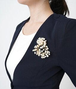 「cawaii french」胸元を華やかに彩るパールブローチ