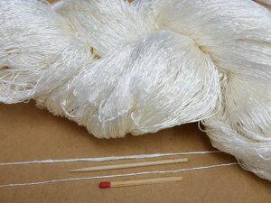 【ベトナム手紡糸(細)(白:精練済・かせ)】 手紡ぎの糸ならではの不規則な変化を楽しめる個性的な絹糸です。おもしろい糸をお探しの方はぜひ一度お試しください!